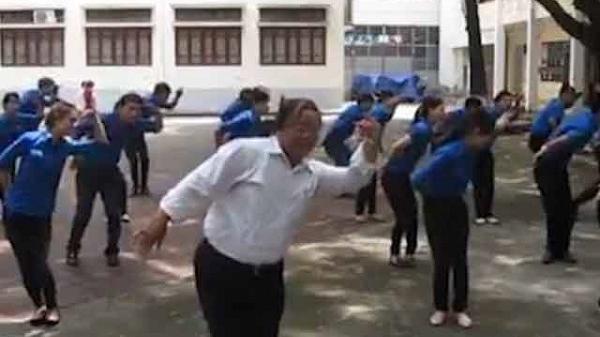 Phó giám đốc nhà thiếu nhi TP Đà Nẵng hài hước múa 'Đàn gà con'