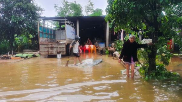 Người dân Quảng Trị mòn mỏi chờ lũ rút để được nấu cơm