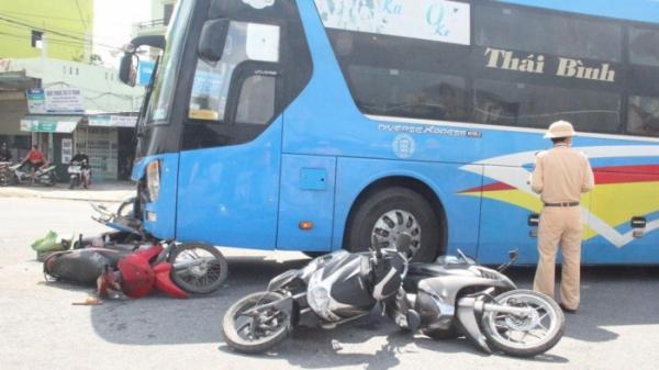 Quảng Trị: Ô tô khách lùa 4 xe máy dừng chờ đoàn xe tang chở liệt sỹ Đoàn 337 đi qua