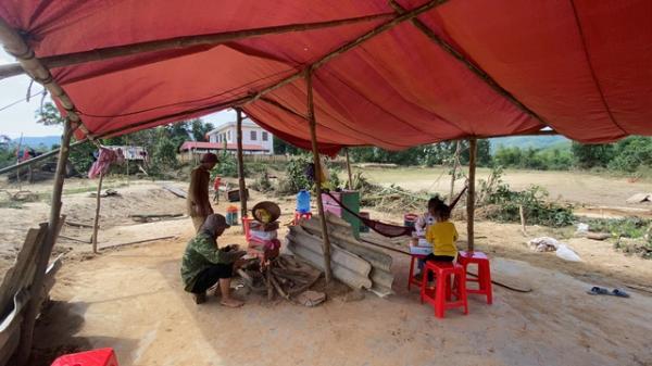 Lũ lụt miền Trung khiến nhiều người vô gia cư