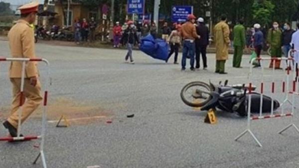 Clip: Qua đường thiếu quan sát, người phụ nữ ở Quảng Trị lao vào xe container trên Quốc lộ 1A