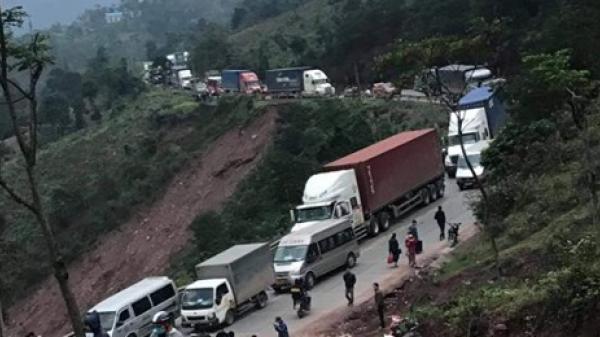 Quảng Trị:Xe container lật chắn ngang đường, Quốc lộ 9 bị ách tắc