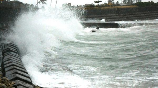 Rãnh áp thấp gây mưa dông, gió giật mạnh ở vùng biển từ Quảng Trị đến Cà Mau
