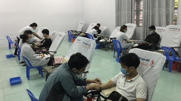 Mặc giá lạnh, sinh viên Đà Nẵng xếp hàng hiến máu