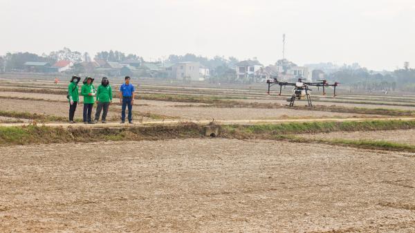 Quảng Trị: Phun thuốc diệt cỏ bằng thiết bị bay không người lái