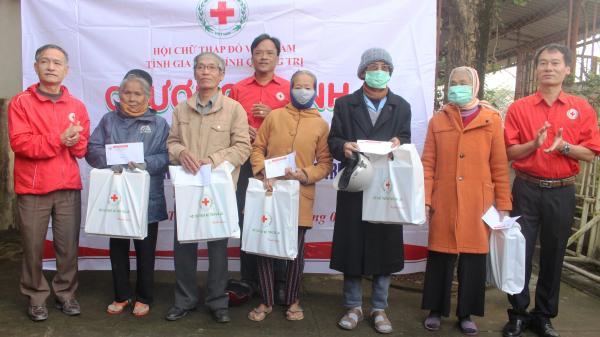 Gần 200 triệu đồng trao quà cho người dân Quảng Trị bị ảnh hưởng lũ lụt