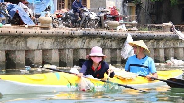 Độc đáo tour du lịch có một không hai - 'vớt rác trên sông Hoài'