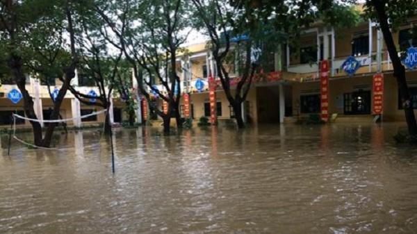 Hòa Vang (Đà Nẵng): Nước bao vây trường học, cô trò giữa chừng chạy lũ
