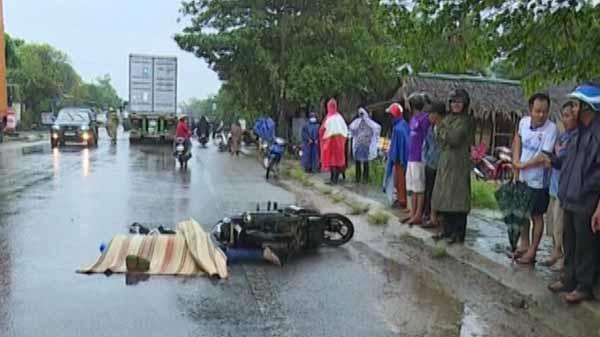 Xe đầu kéo do tài xế người Đà Nẵng điều khiển cán mô tô, 2 người thương vong