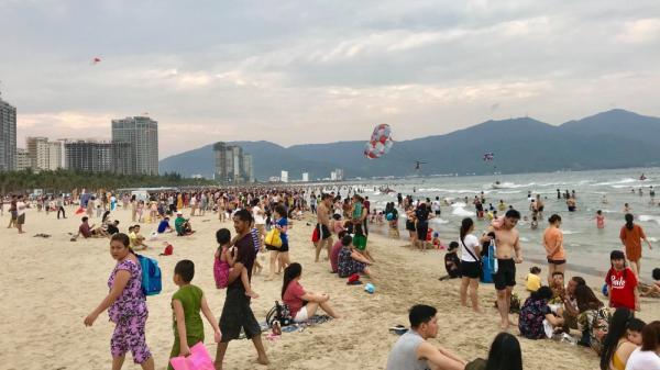 Bãi biển Đà Nẵng đông nghịt du khách ngày nắng