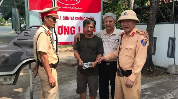 Cảnh sát giao thông Quảng Trị trả lại 20 triệu đồng cho tài xế đánh rơi