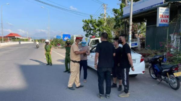 """Chặn bắt ôtô chở 3 người Trung Quốc nhập cảnh """"chui"""" vào Quảng Trị"""
