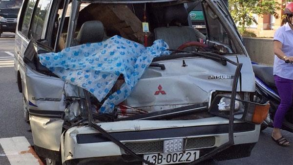 Ôtô chở gỗ va chạm vào đuôi xe tải, phụ xe chết tại chỗ