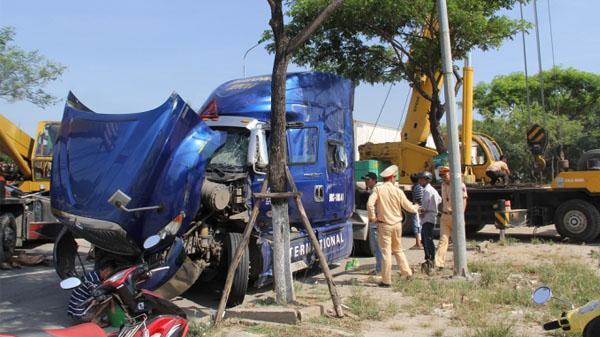 Đà Nẵng: Xe đầu kéo bất ngờ bị lật, QL1A ùn tắc hơn 2 tiếng
