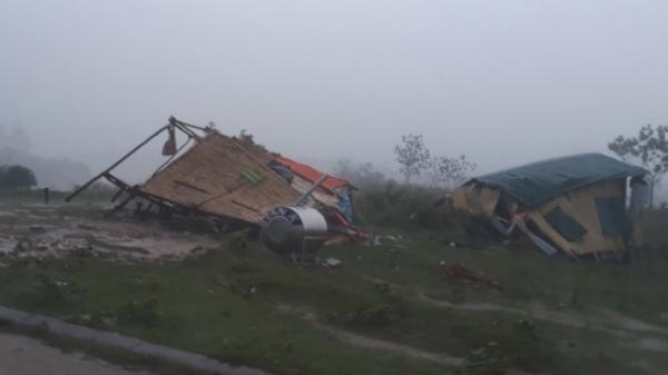 Giông lốc tại Quảng Trị làm tốc mái 106 nhà, sập hai chốt kiểm dịch
