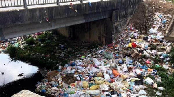 Điện Biên: Rác ngập tràn dưới chân cầu Nà Tấu, suối chuyển thành màu đen