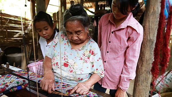 Trăn trở với nghề dệt thổ cẩm của đồng bào dân tộc Lào