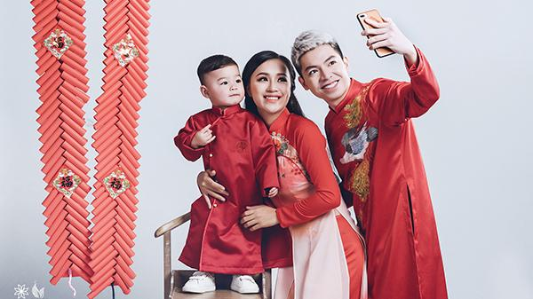 """Nữ DJ hot nhất Điện Biên bất ngờ kéo chồng con diện áo dài Tết đi chụp ảnh siêu """"nhắng"""""""