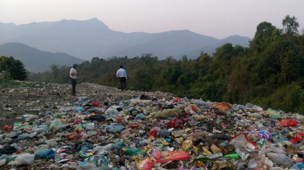 """Điện Biên: Hãi hùng """"đồi rác"""" khổng lồ rộng hàng trăm mét vuông"""