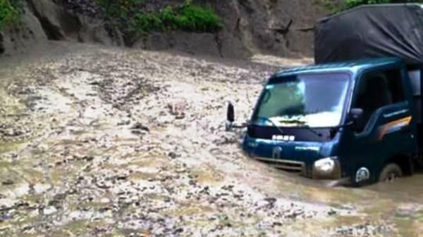 Điện Biên: Mưa lớn gây sạt lở trên quốc lộ 12, giao thông tê liệt