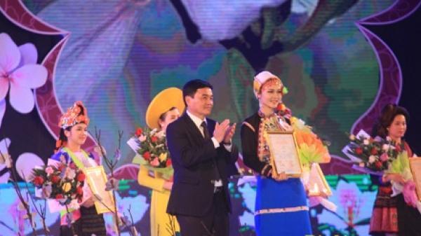 Người đẹp huyện Mường Nhé đạt giải trình diễn trang phục truyền thống xuất sắc nhất tại khuôn khổ Lễ hội Hoa Ban năm 2018