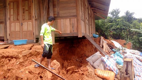 Điện Biên Đông: Mưa lũ gây ra sụt, sạt lở trên một số tuyến đường và nhà dân