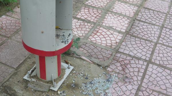 Hệ thống đèn chiếu sáng trên đường Nguyễn Hữu Thọ bị đập phá