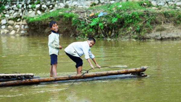 Điện Biên: Người dân 'đánh đu' mạng sống khi qua suối bằng bè mảng