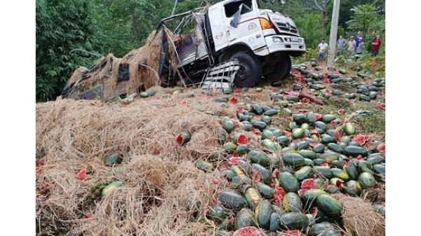 Điện Biên: Xe tải chở 15 tấn dưa gặp nạn thảm khốc tại đèo Tà Cơn