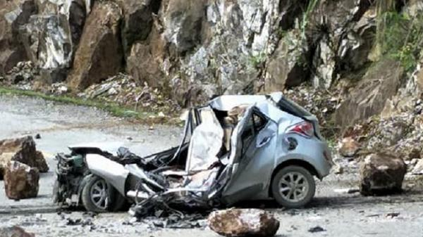 Điện Biên: Đá tảng rơi trúng xế hộp đỗ ven đường, tài xế tử vong, 2 người khác bị thương