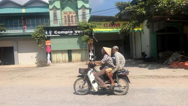 Huyện Điện Biên: Nhiều người dân đội... mũ cối, mũ lưỡi trai thay cho mũ bảo hiểm khi tham gia giao thông