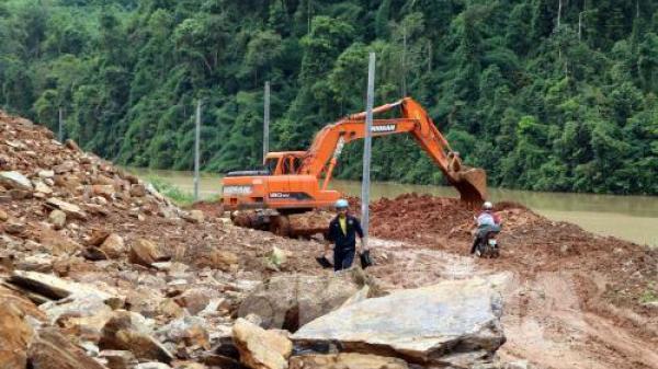 Nỗ lực thông đường sau mưa lũ ở huyện biên giới