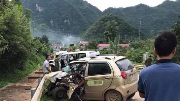 Xe taxi chạy hướng đi Điện Biên đâm trực diện xe cứu thương, tài xế taxi t.ử vong