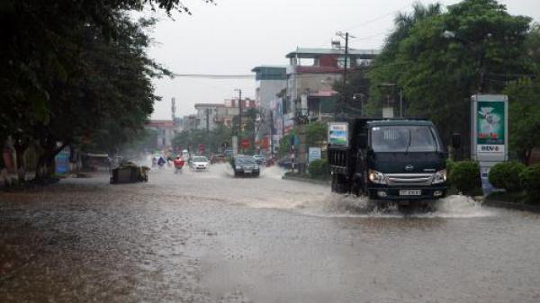 TP. Điện Biên Phủ: Mưa lớn, nhiều tuyến đường ngập nước, giao thông hỗn loạn