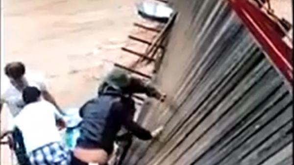 Điện Biên: Mưa lũ cuốn phăng trụ cầu, người và xe lơ lửng