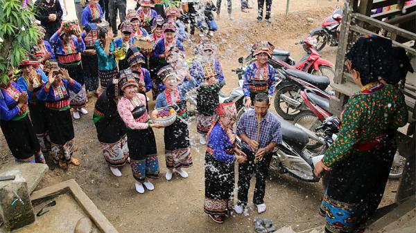 Lễ hội té nước của người Lào ở Na Sang