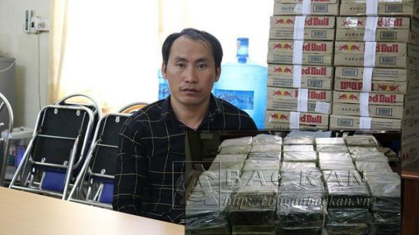 Thanh Niên Điện Biên cùng đồng bọn chở chiếc máy xúc nhét 198 bánh heroin bên hông