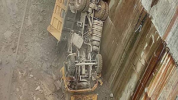 Ô tô tải bất ngờ trượt, rơi thẳng xuống lòng hồ thủy điện, rụng đầu