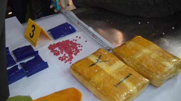 2 thanh niên trẻ Điện Biên thắp hương, rải vàng mã để ngụy trang khai mua 14000 viên m.a t.úy từ mẹ ruột