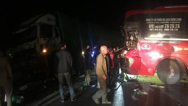 Đấu đầu xe tải, xe khách chở 4 người văng ra vệ đường, đầu xe vỡ nát ngay trên QL6