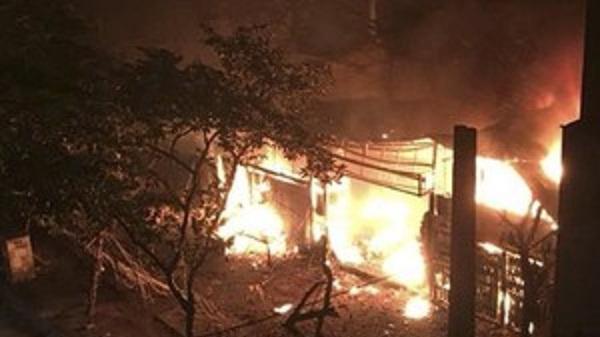 Điện Biên: C.háy lớn trong đêm thiêu rụi toàn bộ căn phòng, hàng chục chiến sĩ lao vào d.ập lửa