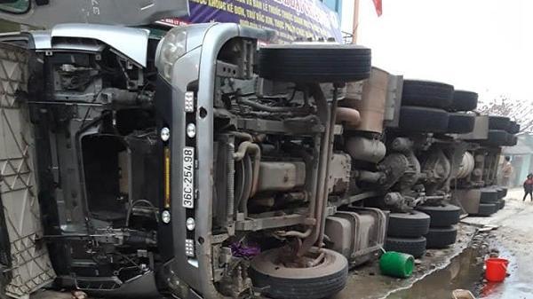 Điện Biên: Xe container ôm cua đổ vào nhà dân lật phơi bụng, tài xế gãy xương bả vai
