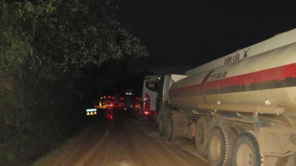 Điện Biên: Xe biển số Lào sa lầy tại điểm sạt lở, quốc lộ 279 ách tắc nghiêm trọng