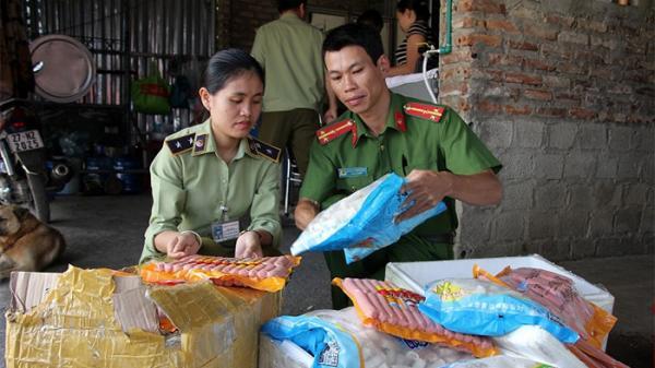Điện Biên: Bắt giữ hơn 60kg xúc xích và chả mực nhập lậu từ Trung Quốc