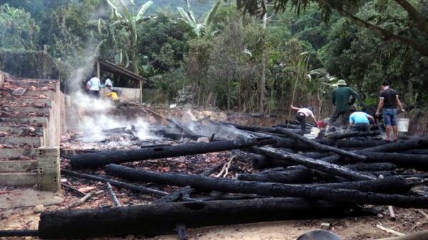 Điện Biên: Cháy lớn khiến một nhà sàn tại bản U Va bị thiêu rụi