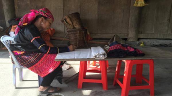 Vẽ hoa văn bằng sáp ong trên vải – Di sản văn hoá phi vật thể cấp quốc gia của dân tộc Mông ở Điện Biên
