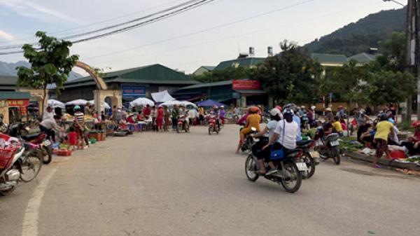 Cần xử lý tình trạng họp chợ lấn chiếm lòng đường ở Mường Lay