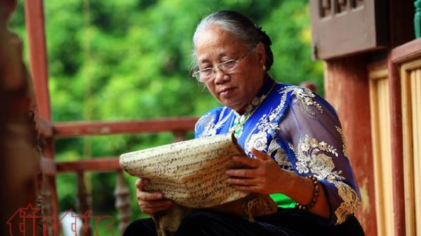 Nữ nghệ nhân nặng lòng với chữ Thái cổ ở Điện Biên
