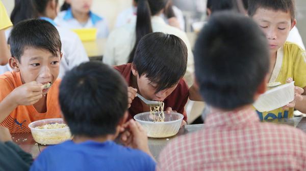 Bữa sáng mì chan nước sôi của học sinh vùng cao Điện Biên