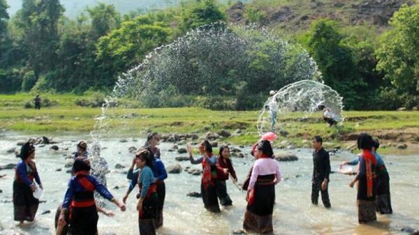 Độc đáo phong tục Tết té nước của người Lào huyện Ðiện Biên